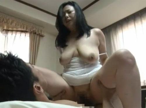 熟女性誌 50代回し スリップの義母とシックスナインしながら絶頂するセックス動画