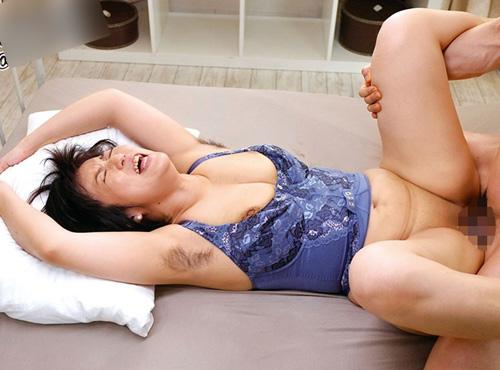 夫に不倫SEXが見つかってワキ毛ビチョ濡れで悶える熟れまんの締め付が最高なomannko動画