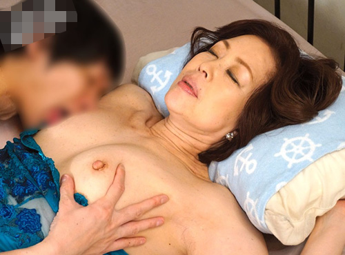 中年夫婦の/夜60歳還暦祖母のおまんこから溢れ出す愛液映像
