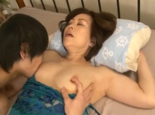 還暦60歳おばあさんと孫の年の差セックス祖母の陰部動画